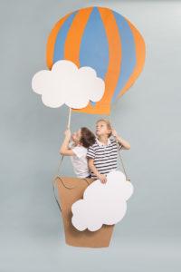 Enfants dans une montgolfière en papier