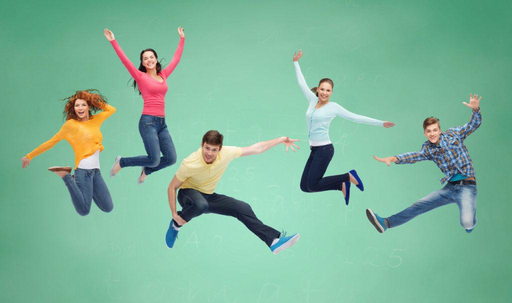 Cinq personnages qui sautent ensemble